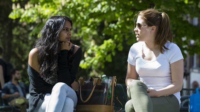 Zwei Studierende unterhalten sich im Freien an der Universitaet St.Gallen (HSG)