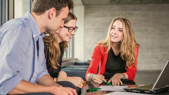 Studierende bei Gruppenarbeit
